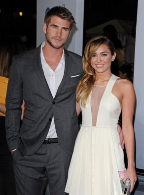 Liam_Hemsworth_Miley_Cyrus_PeopleChoiceAwards2012